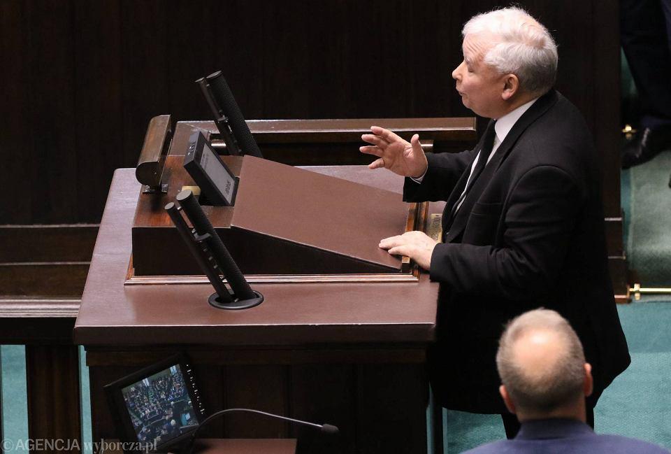 Jarosław Kaczyński podczas sejmowej dyskusji o Bankowyn Funduszu Gwarancyjnym i SKOK-ach, następny w kolejce Grzegorz Schetyna. Warszawa, 10 czerwca 2016