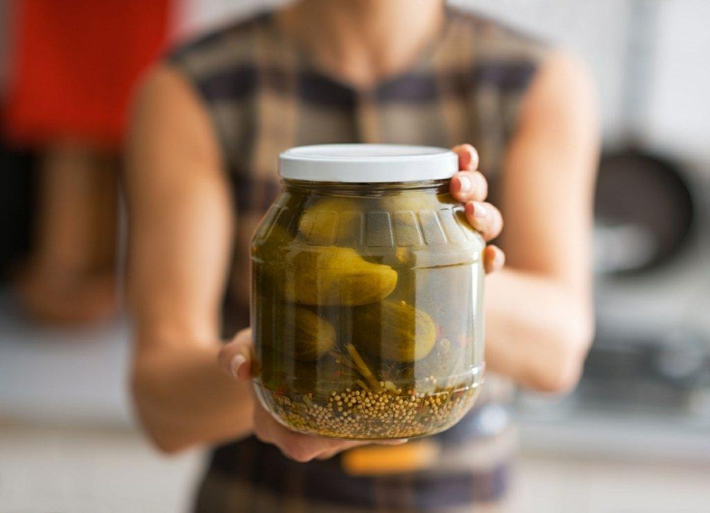 Dobrej jakości kiszone ogórki, kiszona kapusta, kefir i jogurt to źródło probiotyków, które wzmacniają naszą mikroflorę jelitową