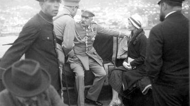 Urlop na Maderze był dla Józefa Piłsudskiego źródłem wielu przyjemności. Marszałek zamieszkał w wygodnej willi z ogrodem Quinta Bettencourt na przedmieściach Funchalu. Spacerował, czytał albo zwiedzał wyspę. Na zdjęciu Józef Piłsudski i Eugenia Lewicka podczas przejażdżki motorówką. Marszałek odpoczywał na Maderze od połowy grudnia 1930 r. do końca marca 1931 r. Eugenia Lewicka wróciła do Polski miesiąc przed nim. Nie wiadomo dlaczego
