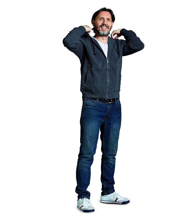 bluza, 40 zł (65% bawełna, 35% poliester); T-shirt, 20 zł (z 25 zł; 95% bawełna, 5% elastan); spodnie, 55 zł (z 65 zł; 100% bawełna) buty, 60 zł (z 65 zł; tworzywo sztuczne)