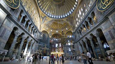 Prestiżowy amerykański magazyn Travel&Leisure opublikował zastawienie najczęściej odwiedzanych atrakcji turystycznych w Europie. Atrakcje wytypowano na podstawie dokumentacji prowadzonej przez poszczególne miejsca, danym pochodzącym ze statyk branżowych, rządowych i innych. Miejsce 25 - Hagia Sofia, Stambuł - 2,952,768 odwiedzających rocznie. Kościół Mądrości Bożej to architektoniczny kolos, który służył dwóm religiom - najpierw jako bazylika, później jako meczet. Obecnie jest to muzeum, odwiedzane codziennie przez niezliczone rzesze turystów. Hagia Sofia powstała w VI w. Była wielkim eksperymentem architektonicznym. Przez wieki był to największy budynek na świecie.