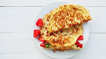 Naleśniki z mąki kokosowej podawaj tak samo jak naleśniki tradycyjne - na słodko z ulubionym dżemem, twarożkiem lub sezonowymi owocami, a na słono ze szpinakiem, pieczarkami lub łososiem.
