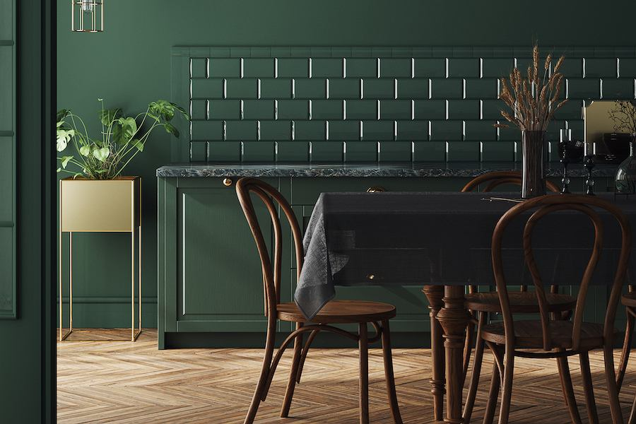 Thonetowski model krzesła nr 14, w ciemniejszym wybarwieniu drewna świetnie odnajduje się w zielonej kuchni