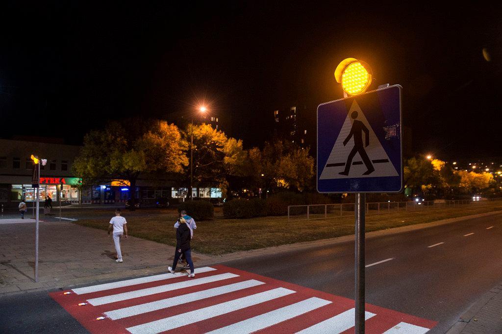 Aktywne przejście przy ul. Kondratowicza w Warszawie.