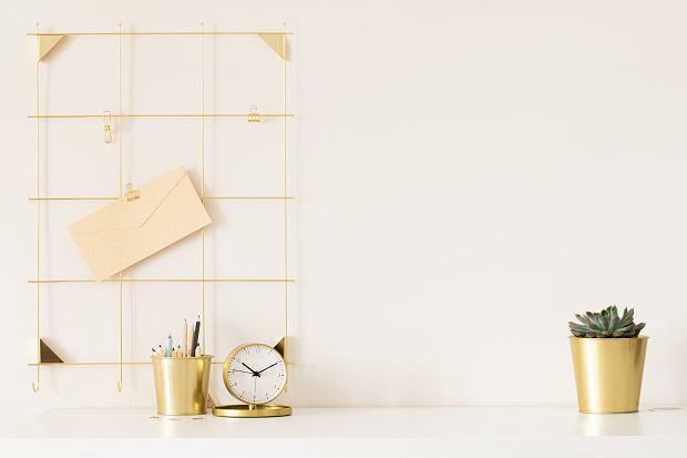 Jak stylowo zorganizować domowe biuro? Postaw na te dodatki