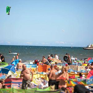 Tłumy turystów na plaży we Władysławowie