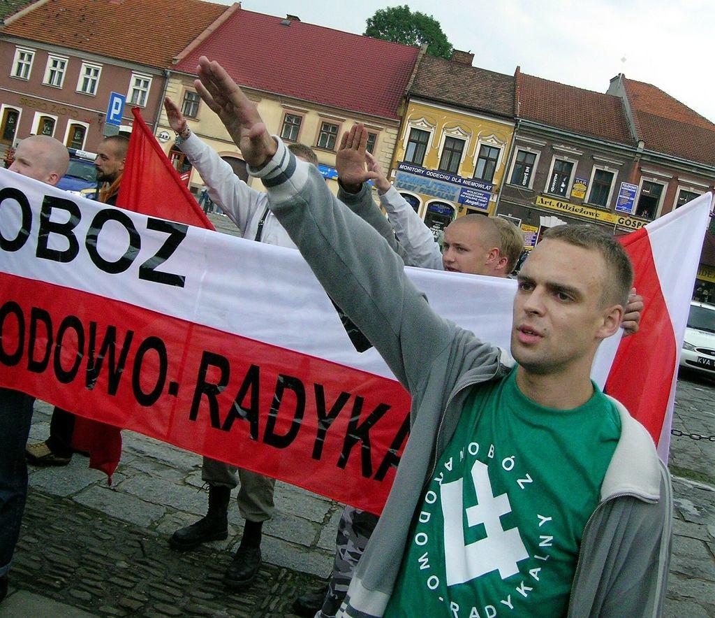 2005 r., manifestacja członków Obozu Narodowo Radykalnego w Myślenicach. Po prawej- Tomasz Greniuch, który w 2021 r. został szefem wrocławskiego oddziału Instytutu Pamięci Narodowej, a kilkanaście dni później został zdymisjonowany.