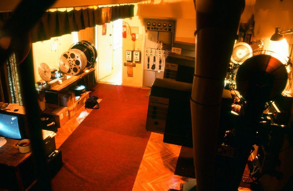"""Kabina kinooperatora w Kinie Sawa. Prawdopodobnie jest to rok 1999, bo pan Wiesiek puszcza właśnie """"Ogniem i mieczem"""" (fot. Juliusz Strachota)"""