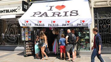 Zakupy w Paryżu? Płacąc swoją normalną kartą można sporo stracić na różnicach kursowych.