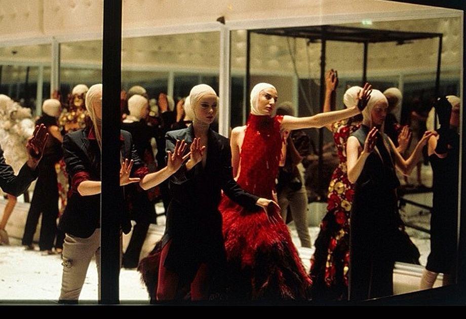 Alexander McQueen - pokaz z modelkami w klatce z luster weneckich