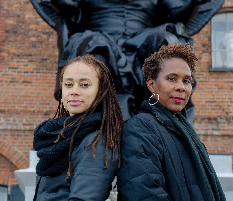 Jeanette Ehlers i La Vaughn Belle pod pomnikiem 'I am queen Mary'