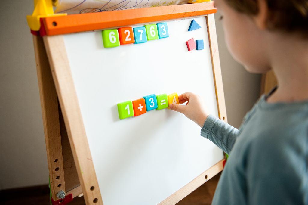Lekcje emitowane w ramach 'Szkoły z TVP' miały pomóc uczniom, którzy uczą się samodzielnie w domach. Niestety, zawierają błędy.