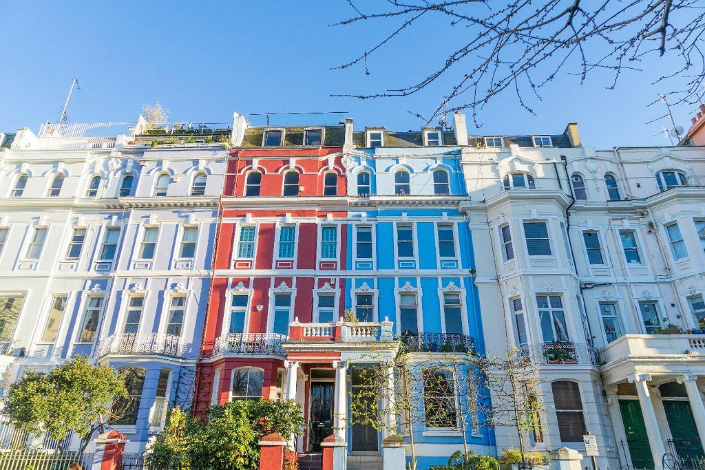 Dzielnica Notting Hill jest zamieszkiwana głównie przez wyższą klasę średnią (fot. Shutterstock)