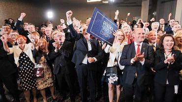 Radość w sztabie PiS zaraz po ogłoszeniu pierwszych sondażowych wyników wyborów do europarlamentu