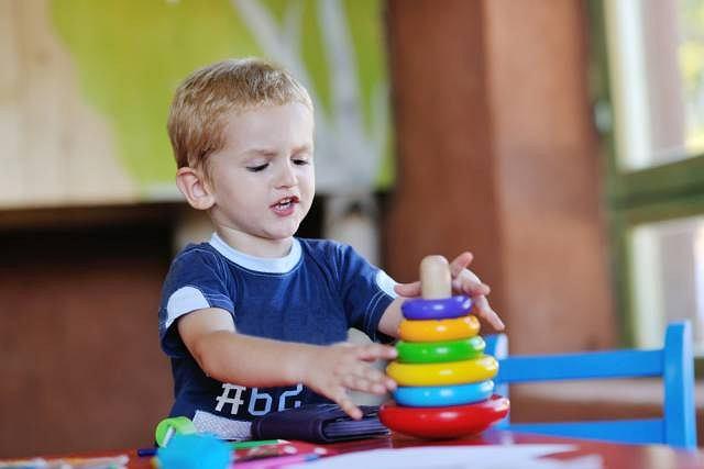 Dziecko może zarazić się owsicą np. w czasie zabawy brudnymi zabawkami