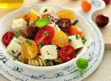 Makaronowa sałatka z serem feta i słodkimi pomidorkami - ugotuj