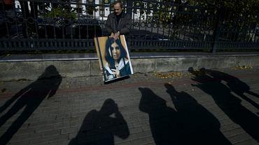 Rosyjski dziennikarz Alexander Podrabinek trzyma zdjęcie członkini zespołu Pussy Riot. Nadieżda Tołokonnikowa skarżyła się w liście otwartym na warunki w kolonii karnej