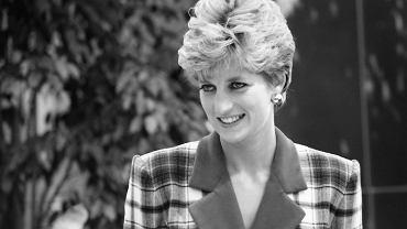 Dziś wiemy, że jej małżeństwo z księciem Karolem zostało dyskretnie zaaranżowane przez Królową Matkę, matkę Elżbiety II. Młodziutka arystokratka Diana Spencer wpadła w sidła