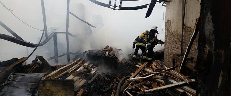 Pożar hal magazynowych w Jaworznie na Śląsku. Na miejscu ponad 80 strażaków