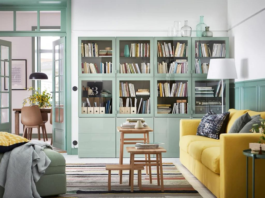 Pastelowa biblioteczka w stylowym wnętrzu