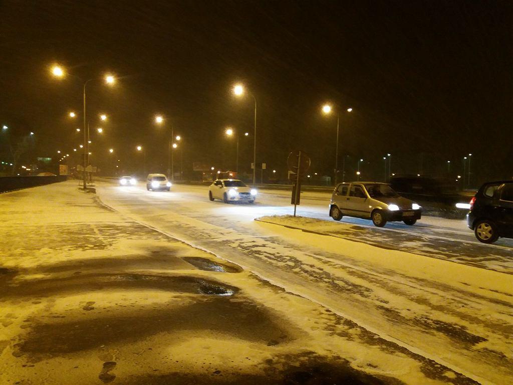 Poranny śnieg w Poznaniu. Utrudnienia na drogach