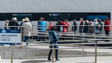 Kolejka do punktu szczepień przeciw COVID-19 w Centrum Sportu GUMed przy ul. Dębowej 21 w Gdańsku