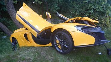 25-letni kierowca McLarena wjechał z dużą prędkością na rondo w Krapkowicach i wjechał w forda prowadzonego przez 60-letniego mężczyznę. Siła zderzenia była tak duża, że sportowe auto wypadło z jezdni i rozbiło się na drzewie. Do wypadku doszło w czwartek około godz. 20 na skrzyżowaniu drogi krajowej nr 45 i drogi wojewódzkiej nr 409. W zdarzeniu poszkodowany został kierowca McLarena, przewieziono go do szpitala. Obaj kierowcy byli trzeźwi. Straty spowodowane wypadkiem oszacowano na 675 tys. zł. Okazuje się, że McLaren należał do firmy zajmującej się sprzedażą luksusowych samochodów, a jej właściciel nie wiedział o tym, że zabrano go z firmy.
