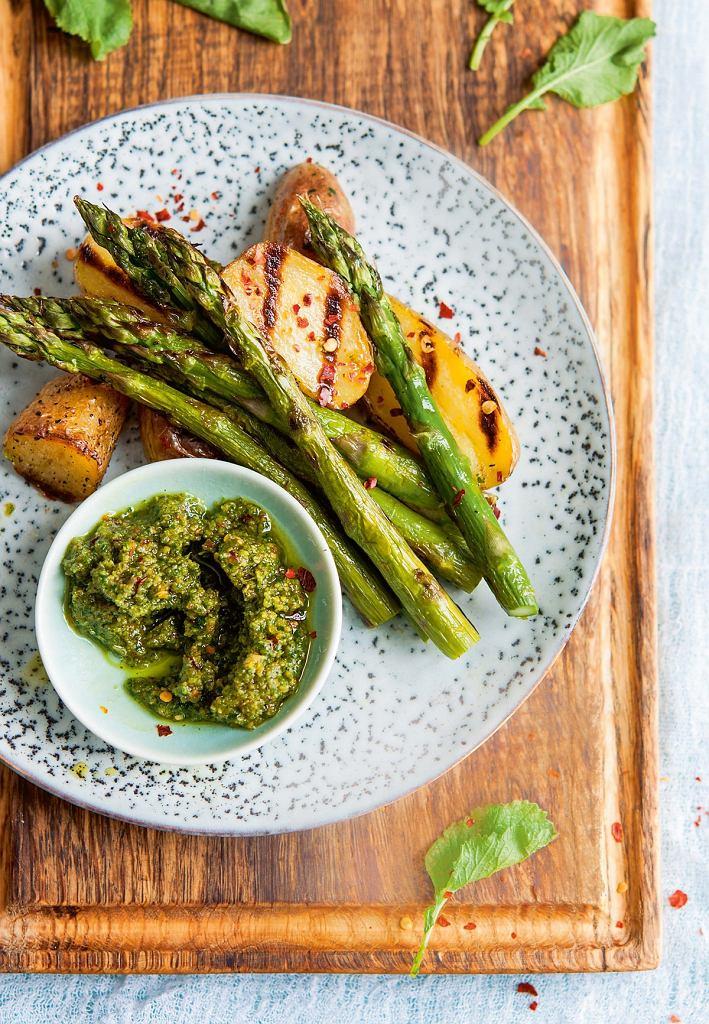 Grillowane szparagi i ziemniaki z pesto z liści rzodkiewki