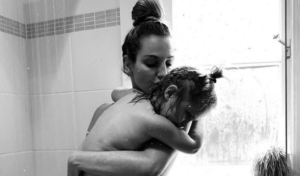 Pozuje pod prysznicem z dzieckiem. Pokazała, co internauci piszą w komentarzach. 'Nie jesteś prawdziwą mamą'