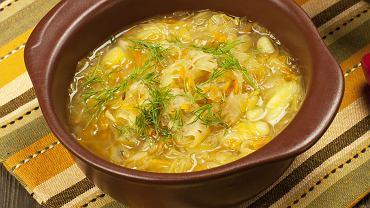 Kapuśniak z białej kapusty to zupa smaczna i zdrowa. Jest jednym z klasycznych wariantów na pierwsze danie obiadowe.