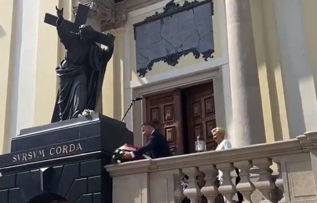 Prezydent Andrzej Duda składa kwiaty pod figurą Chrystusa
