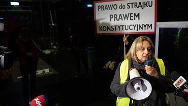 Szefowa Związku Zawodowego Personelu Pokładowego i Lotniczego Monika Żelazik podczas strajku pracowników PLL Lot. Warszawa, 18 października 2018