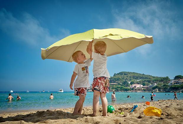 Przegrzanie organizmu u dziecka - jakie są objawy? Jak uniknąć udaru cieplnego?