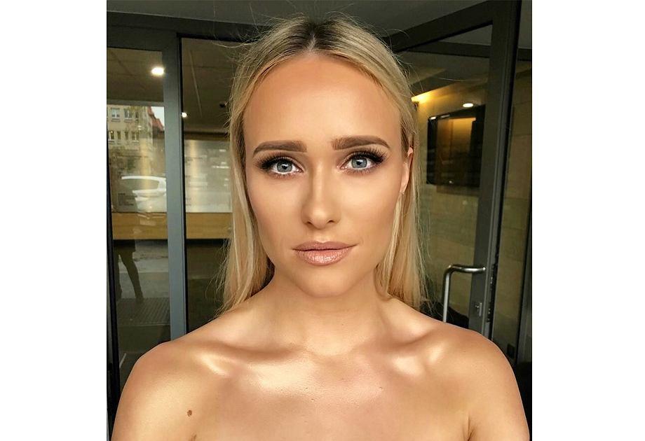 Delikatny makijaż na sylwestra to idealne rozwiązanie, jeśli zamierzasz włożyć na przykład cekinową sukienkę