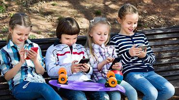 Dzieci coraz częściej korzystają ze smartfonów.