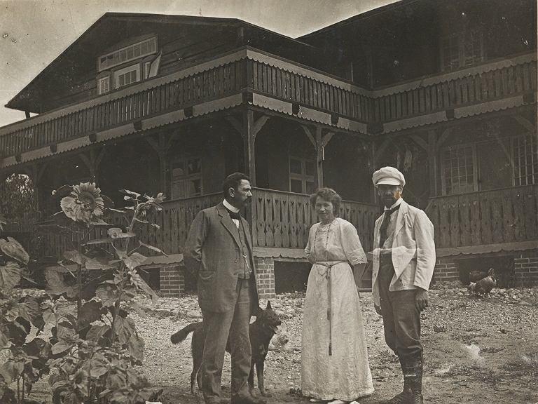 Małżeństwo Gulgowskich z bratem Teodory Józefem Fethkem (pierwszy od lewej). W tle willa, która spłonęła w 1932 r. Wdzydze, 1913 r.