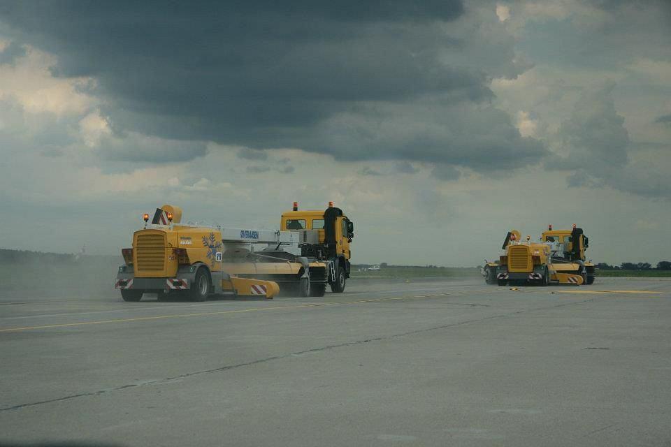Sprzęt czyszczący na lotnisku w Modlinie