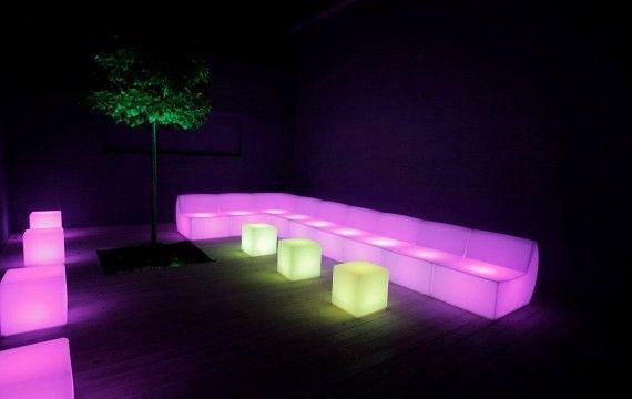 Podświetlane kanapy modułowe i kubiki LED stworzą niezapomniany klimat w każdej przestrzeni.