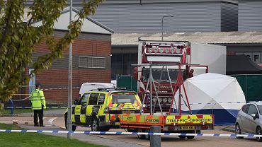 Thurrock, Wielka Brytania. Policjanci przy ciężarówce w której odkryto 39 ciał.