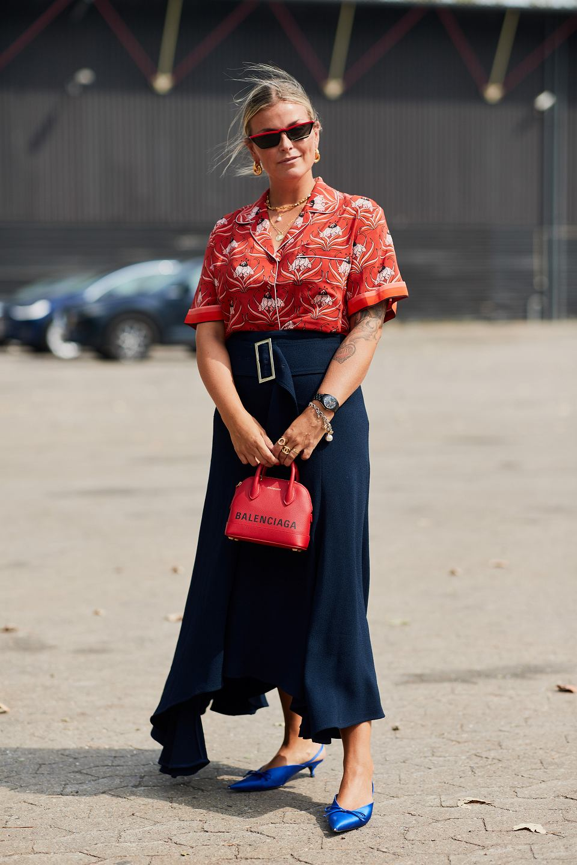 Kobieta w bluzce w kwiaty
