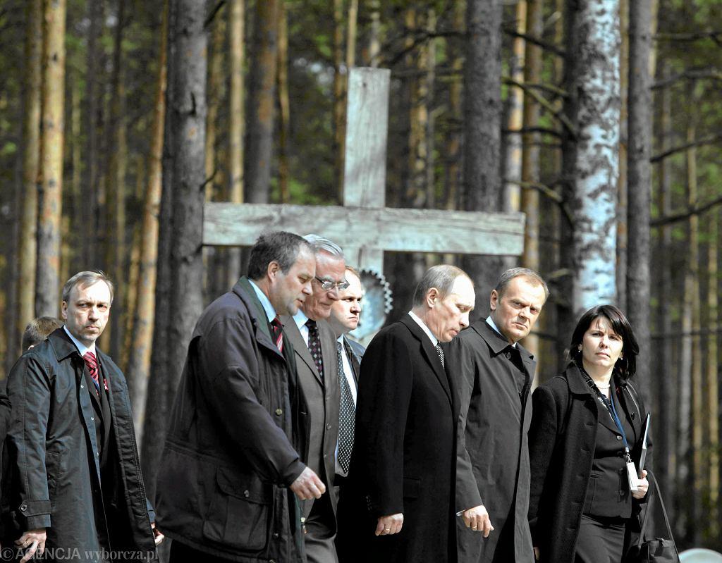 Premier Donald Tusk i premier Rosji Władimir Putin podczas obchodów 70. rocznicy zbrodni katyńskiej. Z prawej tłumaczka Magda Fitas-Dukaczewska. Katyń, Rosja, 7 kwietnia 2010