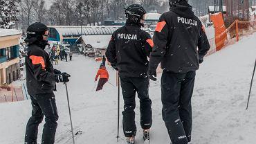 Policjanci na stokach będą jeździli w czarnych kombinezonach z pomarańczowymi pasami na rękawach i napisem 'Policja' na plecach'.  Można ich tam będzie spotkać do końca ferii