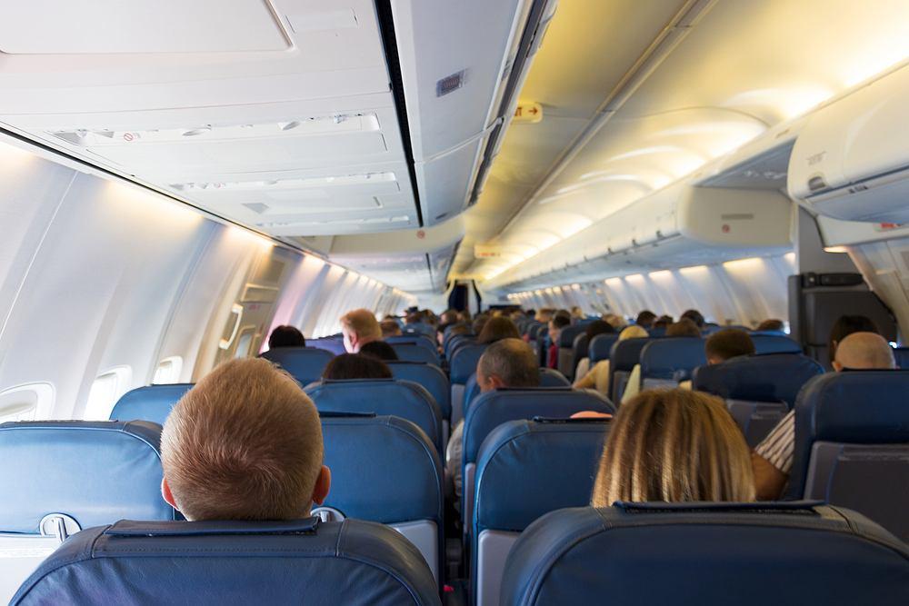 Z badań przeprowadzonych przez naukowców z Harvardu wynika, że wentylacja i noszenie masek na pokładzie samolotu powinno nam zapewnić ochronę przez wirusem