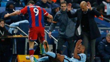 Lewandowski powala Vincenta Kompany'ego. Obok Pep Guardiola