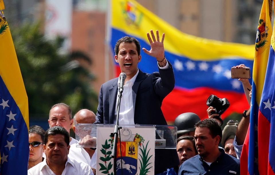 Przywódca opozycji parlamentarnej Juan Guaido oznajmia, że jest gotów przejąc obowiązki prezydenta Wenezueli. 100-tysięczna demonstracja w Caracas, 23 stycznia 2019 r.
