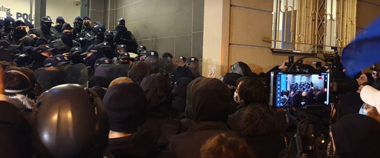 Protesty przed MEN i komisariatem. Policja zatrzymała dziennikarkę