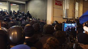 Strajk Kobiet, blokada Warszawy. Protest przed komisariatem policji na Wilczej