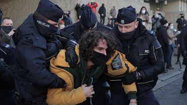 Jan Radziwon zatrzymany przez policję podczas pikiety pod Sądem Okręgowym w Warszawie