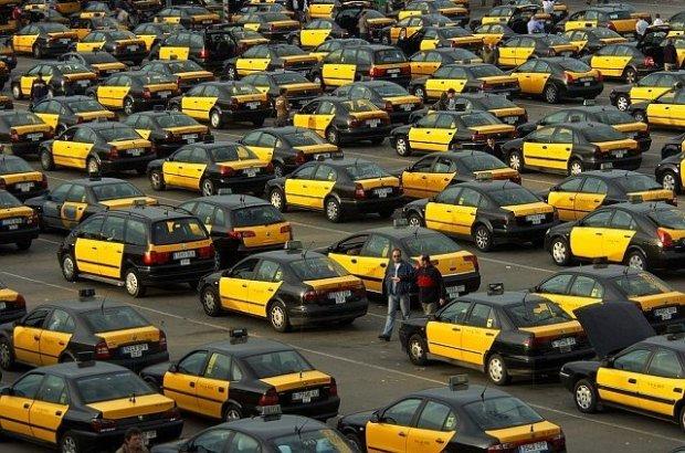 Taksówki w Barcelonie od lat mają jednakową kolorystykę