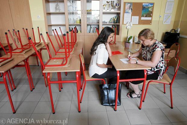 W Polsce zaczyna brakować nauczycieli? Powodem odejść mają być zbyt niskie płace. Zalewska zaprzecza